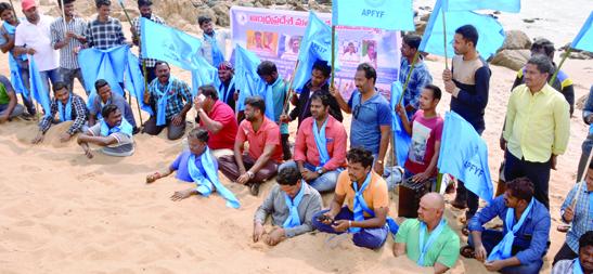 ఎస్టీ జాబితాలో చేర్చాలని మత్స్యకారుల ఇసుక దీక్ష